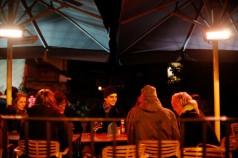 Sitter ute vid puben The Turf